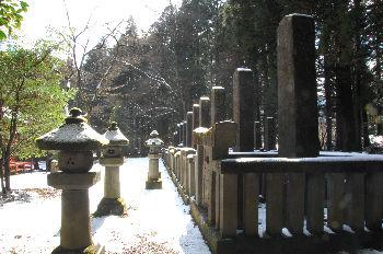 殉死の墓(徳川譜代家臣の墓が中心で 殉死の墓は奥で見にくい)