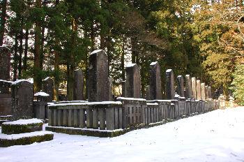 殉死の墓(前列手前5基)