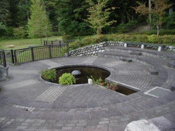 田母沢街区公園への入口 御用邸側から入って直ぐ、噴水設備もある