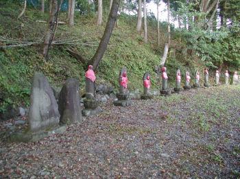 石仏が並んでいるブロックA 川に面して一列に並んでいる
