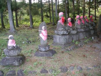 石仏が並んでいるブロックB 川に直角に一列に並んでいる