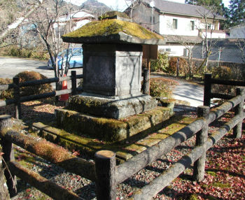 左斜め後から向山天神社