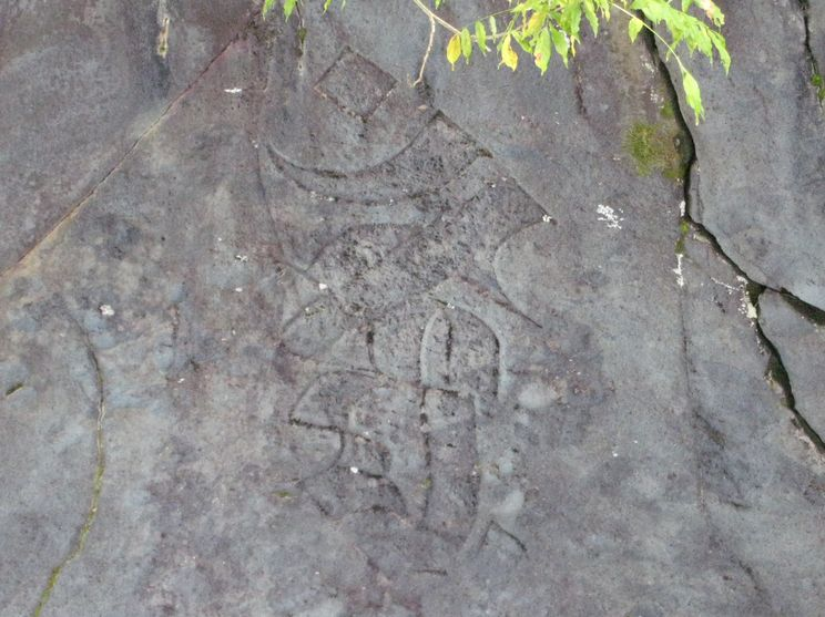 梵字「憾満」(霊庇閣の対岸正面、今は彫りが随分と浅くなっている)